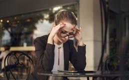 被注重的严肃的女商人工作 免版税库存照片
