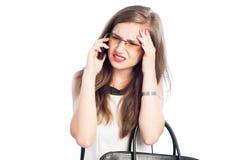 被注重的和疲倦的女商人谈话在电话 库存图片