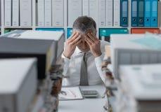 被注重的商业主管和堆文书工作 免版税库存照片