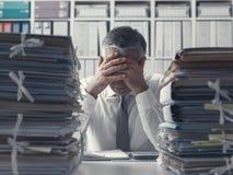 被注重的商业主管和堆文书工作 免版税库存图片