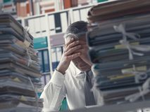 被注重的商业主管和堆文书工作 库存照片