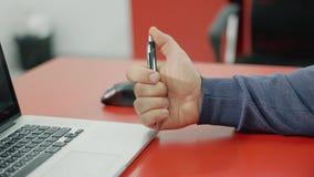 被注重的商人与手提电脑一起使用在办公室 在最后期限下的急切人在与个人计算机一起使用,点 股票视频