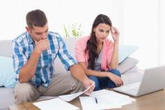 被注重的夫妇计算的家财务 免版税库存图片