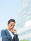 被注重的女商人在办公区 免版税库存照片