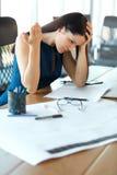 被注重的女商人在她的工作地点 企业例证JPG人向量 免版税库存照片