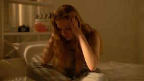 被注重的女性少年坐的家庭床,青春期年龄困难,消沉 股票视频