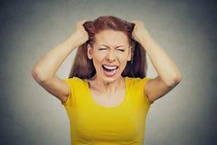 被注重的妇女,有的雇员坏天要做尖叫的许多事 免版税库存照片