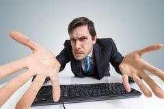 被注重的恼怒和迷茫的人与计算机一起使用 免版税库存照片