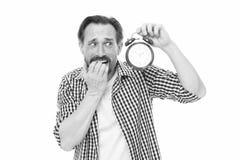 ?? 被注重的老人忧虑是在时间后 有时钟的有胡子的在面孔的人和重音 成熟计时员 库存照片