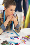 被注重的裁缝妇女画象在工作 免版税库存图片