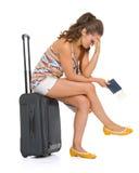 被注重的年轻旅游妇女坐轮子袋子 库存照片