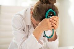 被注重的医生妇女在办公室 免版税库存图片