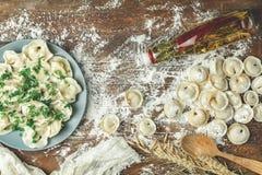 被洒的全麦的面粉传统意大利馄饨 库存照片