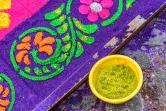 被洗染的锯木屑圣洁星期四地毯细节,安提瓜岛,危地马拉 免版税库存图片