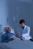 被测量血压的患者 图库摄影