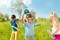 被浸泡的愉快的孩子 免版税库存图片