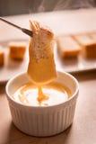 被浸洗入干酪溶化奶油的面包片 免版税库存照片