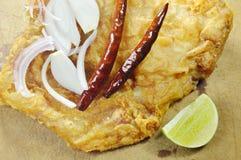被涂上的油煎的腌制鱼怂恿用切片青葱和辣椒在剁块 库存照片