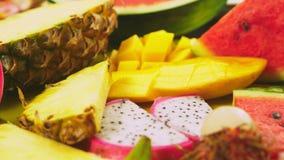 被混合的热带水果,特写镜头 切的新鲜水果 背景 股票录像