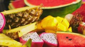 被混合的热带水果,特写镜头 切的新鲜水果 背景 股票视频