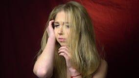 被混淆的沮丧的青少年的看起来 股票视频