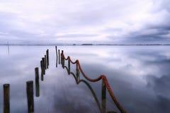 被淹没的码头在一个冬日 免版税库存照片