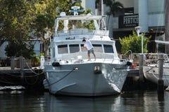 被清洗的小船,当靠码头在外交官旅馆时 免版税库存图片