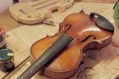 被渔的小提琴修理 免版税库存照片