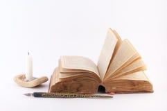 被溶化的书页、蜡烛和老笔 免版税图库摄影