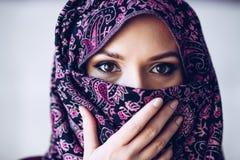 被滥用的美丽的阿拉伯中东妇女佩带的hijab 库存图片
