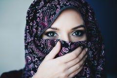 被滥用的美丽的阿拉伯中东妇女佩带的hijab 图库摄影