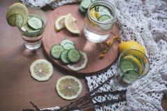 被灌输的柠檬和黄瓜水 免版税库存图片