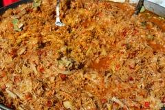 被炖的圆白菜用在一个大盘子的香肠 免版税库存照片