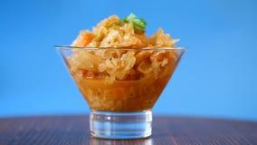 被炖的圆白菜用在一个玻璃碗的红萝卜 股票视频