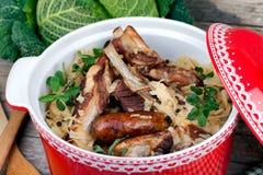 被炖的圆白菜用烤肉 库存图片