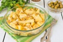 被炖的土豆用绿橄榄 图库摄影