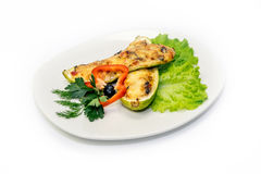 被炖的夏南瓜用乳酪、菜和绿色在板材 免版税库存照片