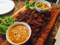 被炖的牛排骨用花生调味汁和芒果辣调味汁 免版税库存照片
