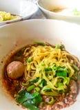 被炖的猪肉汤面,在汤的汤面泰国样式被投入的血液热为与辣椒粉的醇厚的汤猪肉或牛肉服务 库存照片
