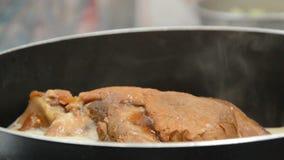 被炖的猪肉腿用煮沸在烹调的黑中国草本汤罐 影视素材