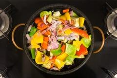 被炖的胡椒沙拉烹调 库存图片