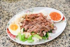 被炖的腿猪肉和中国无头甘蓝与甜小汤调味汁样式中国菜在板材 免版税库存照片