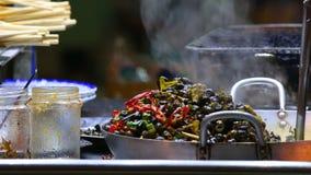 被炖的菜的准备在街道上的在会安市,越南 股票录像
