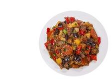 被炖的蔬菜 茄子,胡椒,葱,红萝卜,土豆 顶视图 查出 图库摄影