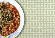 被炖的蘑菇用在西红柿酱的白豆在碗 库存图片