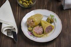 被炖的青椒充塞用在木背景的肉,用橄榄和盐在烧瓶,顶视图 免版税图库摄影