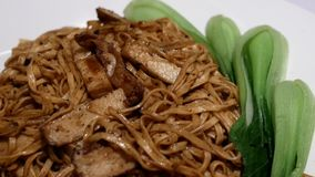 被炖的面条的行动和狂放的蘑菇用黑块菌油在餐馆里面 股票录像