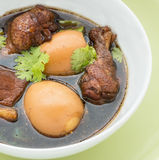 被炖的鸡用在一个白色碗的鸡蛋 免版税图库摄影