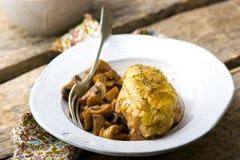 被炖的鸡胸脯用在缸罐的蘑菇 免版税库存照片