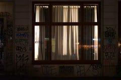 被点燃的室窗口在晚上 免版税库存照片